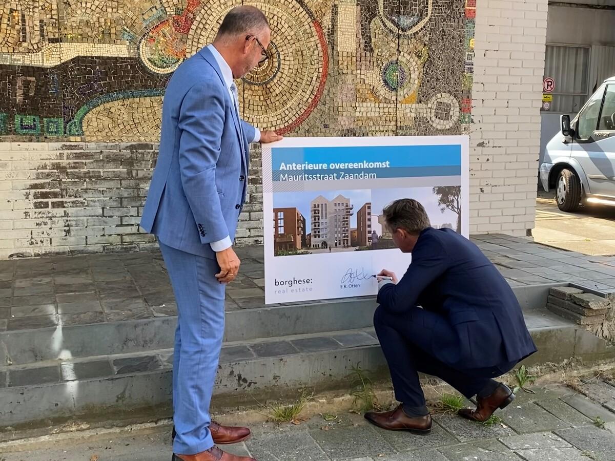 Foto van Hans Krieger en Enno Otten van Borghese Real Estate bij het mozaïek van Loek Lafeber in de Mauritstraat in Zaandam.